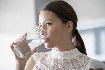 Cum te ajuta un pahar de apa baut pe stomacul gol?